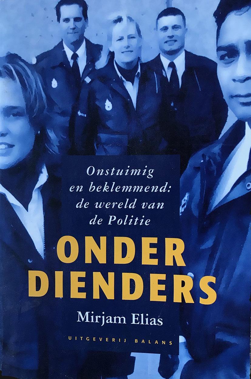 Voor het eerst mocht een journalist de dagelijkse praktijk van Nederlandse politieagenten van binnenuit meemaken. Mirjam Elias trok twee jaar op met de dienders van Politie Haaglanden. Moordzaken, invallen vechtpartijen, van extreem geweld tot extreme emotie bij ongevallen, zij was erbij.